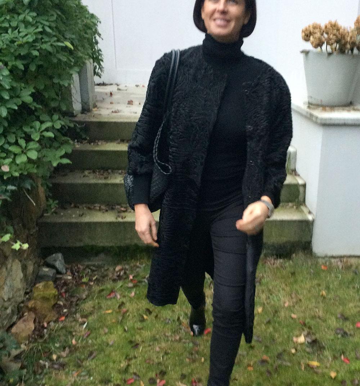 Volně střižený persianový kabát bez limce. Zapínání na patenty. Velice lehký. Moderní zpracování kožešiny.Typ perzianu je tzv. breitschwanz. Kadeřavost srsti je minimální o to více vyniká její vysoký lesk.